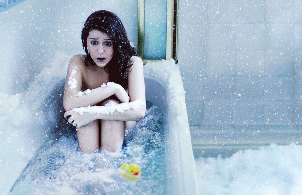 Женщины подмываются и меняют тампоны в туалете видео 6