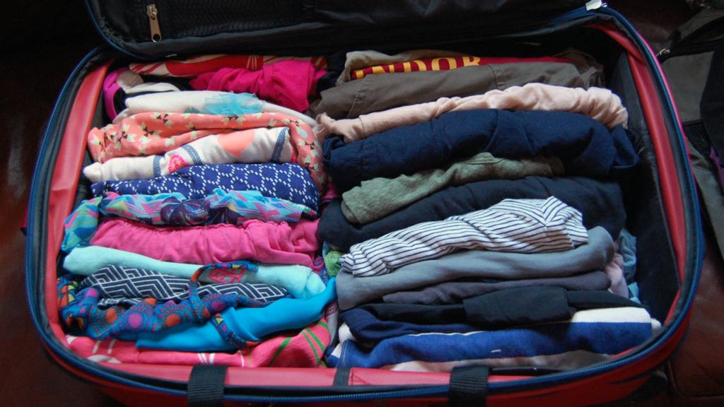 как убрать футболки в чемодан