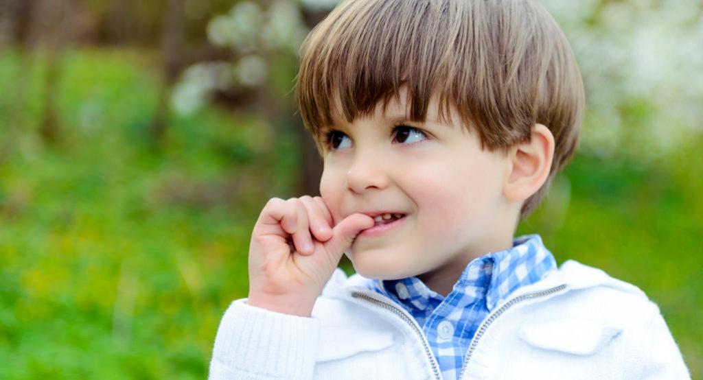 ребенок грызет ногти. Причины и решение